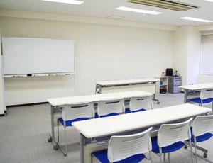 新大阪・キューホー江坂ビル2F 会場左側の中ほどから見る会場前方