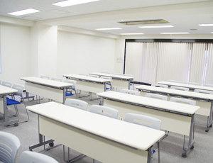 新大阪・キューホー江坂ビル2F 左前方から見る会場全体