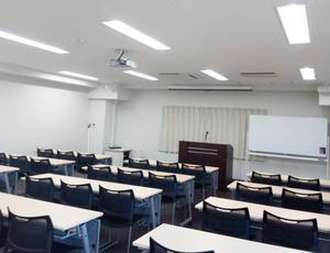 本町・大雅ビル第1会議室 会場の中ほどから見る会場前方2